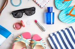 Kvinnlig sommaruppsättning av tillbehör royaltyfria bilder