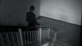 Kvinnlig spöke i de svarta ämbetsdräkterna lager videofilmer