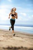 Kvinnlig spring för idrottsman nen på solig dag royaltyfri fotografi
