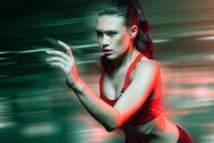 Kvinnlig sprinterspring på hastighet Royaltyfria Foton