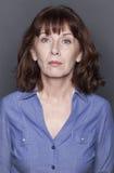 Kvinnlig stående av den bräckliga 50-talkvinnan Arkivfoto