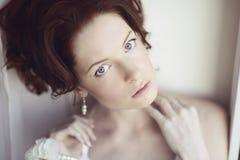 Kvinnlig stående av den gulliga damen inomhus Royaltyfri Foto