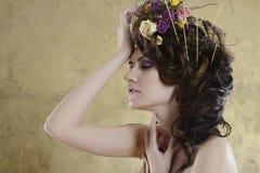 Kvinnlig stående av den gulliga damen inomhus Royaltyfria Bilder