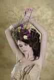 Kvinnlig stående av den gulliga damen inomhus Royaltyfria Foton