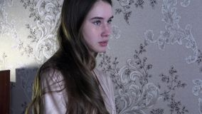 Kvinnlig stående av en gullig barnmodell Ung härlig flicka med långt lockigt hår lager videofilmer