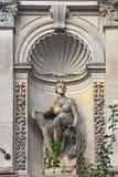 Kvinnlig staty av den centrala skolan av den tekniska teckningen av baronen Shtiglits i St Petersburg, Ryssland Arkivbild