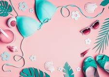 Kvinnlig strandtillbehör på rosa bakgrund, bästa sikt Plan lekmanna- turkosbikini, solglasögon, sandaler med coctailen, snäckskal arkivbilder
