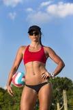 Kvinnlig strandvolleybollspelare royaltyfri foto