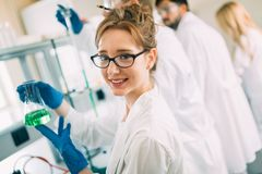 Kvinnlig student av kemi som arbetar i laboratorium Royaltyfria Foton