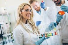 Kvinnlig student av kemi som arbetar i laboratorium arkivfoto