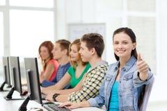 Kvinnlig student med klasskompisar i datorgrupp royaltyfria bilder