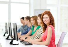 Kvinnlig student med klasskompisar i datorgrupp royaltyfri bild