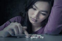 Kvinnlig student med preventivpillerar royaltyfri foto