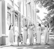Kvinnlig student mot koniska hattar Fotografering för Bildbyråer
