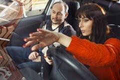 Kvinnlig student på chaufförkurs Arkivbild