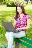 Kvinnlig student som använder bärbara datorn Arkivfoton