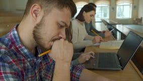 Kvinnlig student som använder bärbara datorn på hörsalen arkivfoto