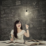 Kvinnlig student som får ljus inspiration 1 arkivbild
