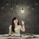 Kvinnlig student som får ljus inspiration 3 royaltyfria bilder