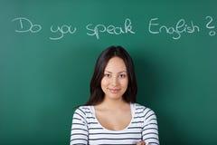 Kvinnlig student som lär engelska Arkivfoton