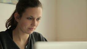 Kvinnlig student som lär och lyckas arkivfilmer