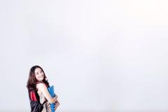 Kvinnlig student som rymmer en mapp Arkivfoton