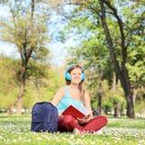 Kvinnlig student som studerar på universitetsområde Arkivbild