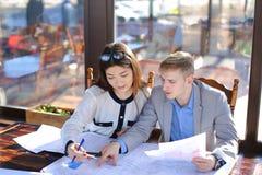 Kvinnlig student som talar med kafét för arkitekturprofessorkonst royaltyfri bild