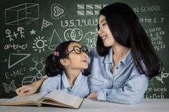 Kvinnlig student som talar med läraren royaltyfria bilder