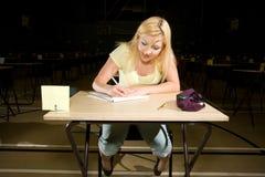 Kvinnlig student som tar en examen Arkivbild