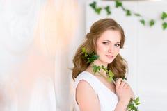 Kvinnlig studiostående Hälso- och skönhetbegrepp kameralook till arkivfoto