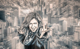 Kvinnlig superhero i staden Arkivbild