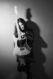Kvinnlig svartvit gitarrspelare Royaltyfri Bild