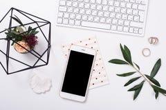 kvinnlig tabletop som är flatlay med smartphonemodellen arkivfoton