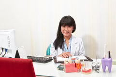Kvinnlig tandläkare Arkivfoto