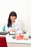 Kvinnlig tandläkare Royaltyfri Bild