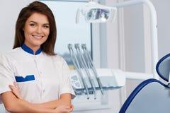 Kvinnlig tandläkare på tandläkares kirurgi Arkivbild