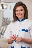 Kvinnlig tandläkare på tandläkares kirurgi Arkivbilder