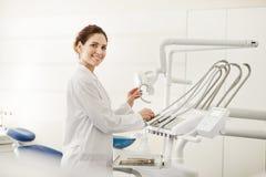 Kvinnlig tandl?kare fotografering för bildbyråer