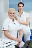Kvinnlig tandläkare och tand- assistent Royaltyfria Bilder