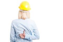 Kvinnlig tekniker som visar tillbaka som gest Arkivbild