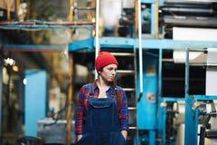 Kvinnlig tekniker Standing i lager Arkivfoto