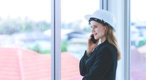 Kvinnlig teknikerdanandeappell i regeringsställning som bygger arkivfoton
