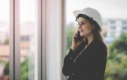 Kvinnlig teknikerdanandeappell i regeringsställning som bygger arkivbilder