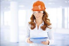 Kvinnlig teknikerstående arkivbilder