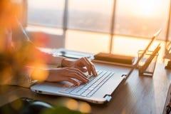 Kvinnlig teleworker som smsar genom att använda bärbara datorn och internet som direktanslutet arbetar Freelancer som skriver det Arkivfoto