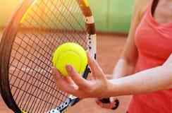 Kvinnlig tennisspelare med racket Fotografering för Bildbyråer