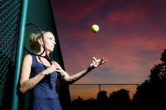 Kvinnlig tennisstående Royaltyfri Bild