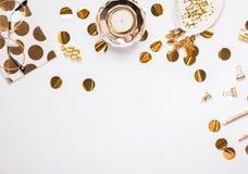 Kvinnlig tillbehör, notepad, konfettier och annan på den vita bakgrunden, bästa sikt royaltyfri fotografi