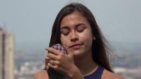 Kvinnlig tonårig applicerande makeup royaltyfria bilder